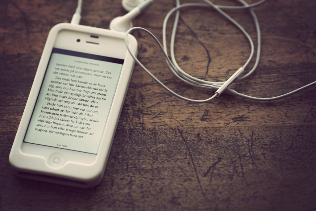 Un eBook ouvert sur un iPhone (Jonas Tana/Flickr/CC-BY-NC-DR)